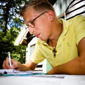 Reinier Zijl Azn gefotografeerd met zijn grote passie: schrijven