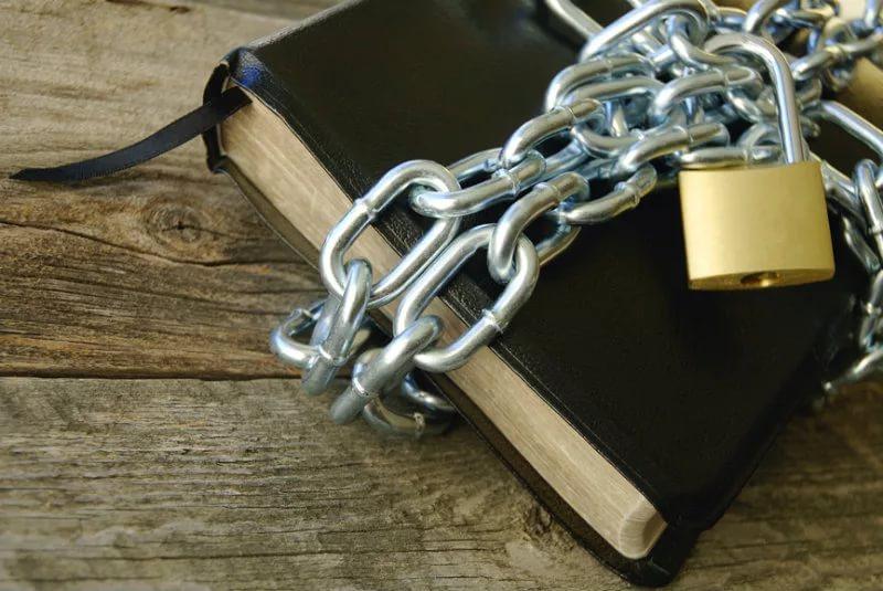 Ook binnen de kerken wordt het geloof aan banden gelegd.